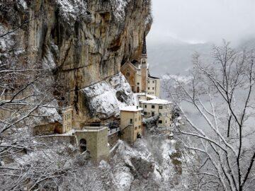 Santuario della Madonna della Corona innevato